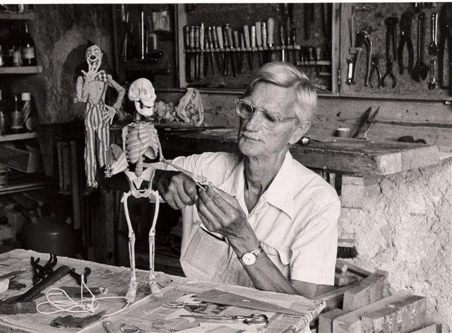 El señor Tozer en su taller