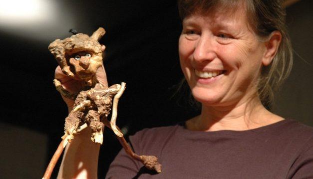 Construir titelles amb materials trobats, curs de Rene Baker